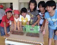 ビオトープへの10月の放虫を楽しみにしている児童たち.jpg